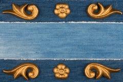 Struttura di lusso fatta del gesso dello stucco dell'oro che si trova su denim Immagini Stock Libere da Diritti
