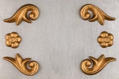 Struttura di lusso fatta del gesso dorato dello stucco che si trova sulla superficie dell'argento Fotografia Stock