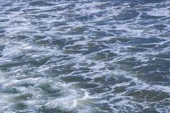 Struttura di Mar Nero Superficie schiumosa blu dell'acqua di mare Il fondo ha sparato della vista aerea della superficie dell'acq immagini stock libere da diritti