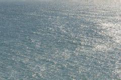 Struttura di Mar Nero Superficie schiumosa blu dell'acqua di mare Il fondo ha sparato della vista aerea del mare dell'acqua Conce fotografia stock