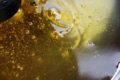 Struttura di miele d'allungamento dolce Primo piano e macro delle bolle del miele immagine stock libera da diritti