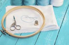Struttura di ricamo rotonda di legno e tessuto bianco per lo stitchi trasversale Immagine Stock Libera da Diritti