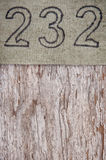 Struttura di tela della tela da imballaggio di lerciume su fondo di legno stagionato Fotografia Stock