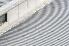 Struttura di tetto della lamina di metallo della costruzione e delle finestre di vetro Fotografia Stock