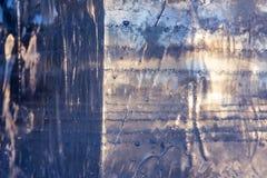 Struttura di un blocco di ghiaccio con un chiarore di luce solare Primo piano Il concetto di riscaldamento globale o del fondo de fotografia stock