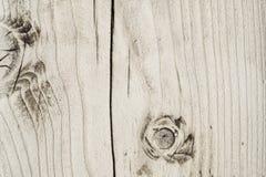 Struttura di un bordo di legno con un nodo e le crepe e fendersi nel mezzo fotografie stock libere da diritti
