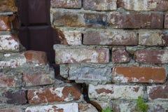 Struttura di un muro di mattoni con una crepa Fotografia Stock