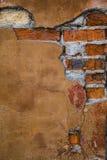 Struttura di un muro di mattoni con una crepa Immagine Stock