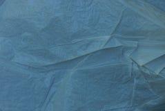 struttura di un pezzo di cellofan grigio sgualcito immagini stock
