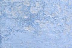 Struttura di una parete bianca con le crepe blu Immagini Stock Libere da Diritti