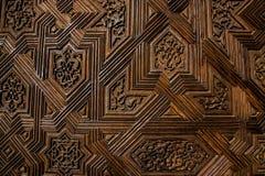 Struttura di una porta di legno con i modelli simmetrici immagini stock libere da diritti