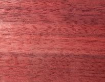 Struttura di una superficie di legno di mogano Impiallacciatura di legno per mobilia immagini stock libere da diritti