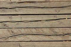 Struttura di vecchi e molto pannelli di legno incrinati con i nodi multipli immagini stock libere da diritti