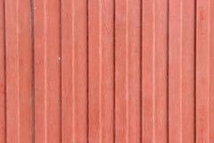 Struttura di vecchia lamina di metallo a forma di Wave dipinta nel rosso immagini stock libere da diritti