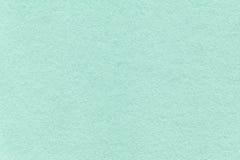 Struttura di vecchio ciano fondo di carta leggero, primo piano Struttura del cartone denso del turchese fotografie stock