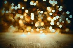 Struttura dorata delle luci di Natale fondo, di celebrazione o del partito con legno Fotografia Stock Libera da Diritti