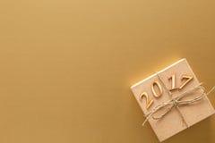 Struttura dorata per il Natale con il contenitore di regalo, nuovo anno 2017 Fotografia Stock