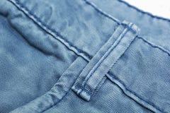 Struttura e cucitura di cucito del tessuto del denim fotografie stock