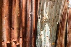 Struttura e fondo arrugginito del recinto della casa dello zinco Immagini Stock