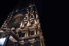 Struttura edile illuminata alla notte fotografia stock