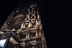 Struttura edile illuminata alla notte con il chiaro cielo nero fotografia stock