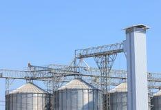 Struttura esteriore di nuova costruzione del silo di agricoltura contro il blu Immagini Stock Libere da Diritti