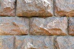 Struttura fatta di grande robusto, forte enormi, alzato, convex, pietra naturale, parete curvata del granito con le cuciture e cr immagini stock libere da diritti