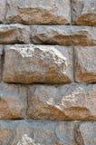 Struttura fatta di grande robusto, forte enormi, alzato, convex, pietra naturale, parete curvata del granito con le cuciture e cr fotografie stock