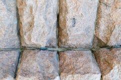 Struttura fatta di grande robusto, forte enormi, alzato, convex, pietra naturale, parete curvata del granito con le cuciture e cr immagine stock libera da diritti