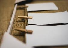 Struttura fatta a mano rustica con l'attaccatura di carte su uno scaffale del cappotto Fotografia Stock