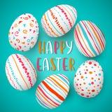 Struttura felice delle uova di Pasqua con testo Uova di Pasqua variopinte sul blu Fonte della mano Ornamenti scandinavi Fotografie Stock Libere da Diritti