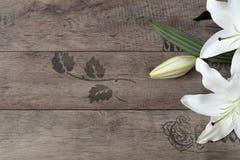 Struttura floreale con i gigli bianchi su fondo di legno Fotografia commercializzante disegnata Copi lo spazio Nozze, carta di re Fotografie Stock