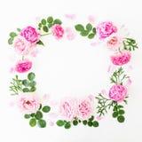 Struttura floreale della corona fatta delle rose e delle peonie rosa con le foglie verdi su fondo bianco Disposizione piana, vist fotografia stock libera da diritti