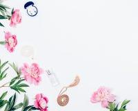 Struttura floreale di disposizione piana di belle peonie rosa-chiaro immagine stock libera da diritti