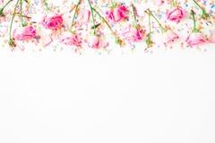 Struttura floreale fatta dei fiori rosa e dei coriandoli luminosi della caramella su fondo bianco Disposizione piana, vista super immagine stock libera da diritti