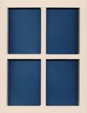 Struttura a forma di finestra di legno bianca con fondo blu Fotografia Stock