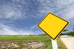Struttura gialla in bianco del segno su cielo blu Immagini Stock