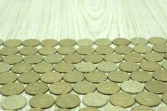 Struttura gialla di un mucchio di piccole monete fotografie stock