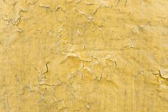 Struttura gialla tossica incrinata della pittura Primo piano di vecchia parete rossa dipinta Priorità bassa astratta di Grunge Su Immagini Stock Libere da Diritti