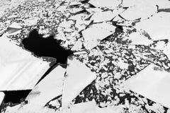 Struttura incrinata del ghiaccio sul fiume congelato Paesaggio di inverno con la fusione della banchisa Fondo della sorgente natu Fotografie Stock Libere da Diritti