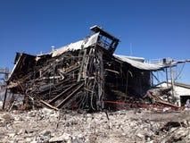 Struttura industriale parzialmente demolita al sito di pulizia dell'amianto immagine stock