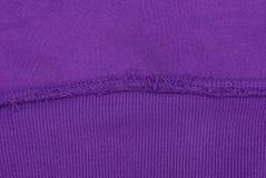 Struttura lilla di tessuto da un pezzo di lana con una cucitura fotografia stock libera da diritti
