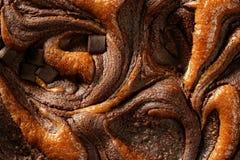 Struttura a macroistruzione del raccolto della torta di cioccolato, indicatore luminoso dorato Immagini Stock Libere da Diritti