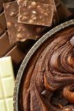 Struttura a macroistruzione del raccolto della torta di cioccolato, indicatore luminoso dorato Fotografia Stock Libera da Diritti