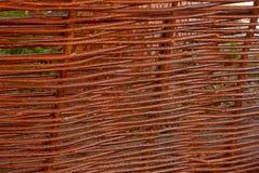 Struttura marrone di legno dei coni retinici rurali sottili del recinto Fotografia Stock Libera da Diritti