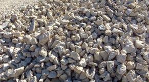 Struttura moderna della ghiaia Piccole pietre, piccole rocce, ciottoli in molte tonalità di colore grigio e bianco Fondo di picco Immagini Stock Libere da Diritti