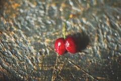 Struttura naturale delle ciliege rosse mature primo piano e dello spazio della copia Ciliege su un fondo scuro, il concetto di al immagini stock libere da diritti