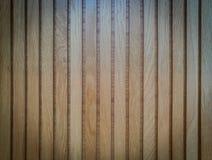 Struttura naturale di legno marrone chiaro nel verticale, fondo fotografia stock