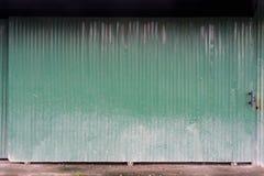 Struttura ondulata del metallo della porta verde dello scorrevole Immagini Stock