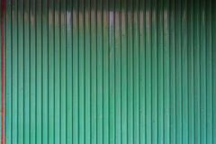 Struttura ondulata verde del metallo con la linguetta rossa Fotografia Stock Libera da Diritti